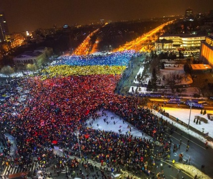 romanian-protest-smartphones-flag-2.jpg